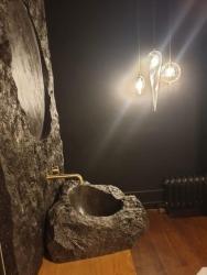 Vasque et habillage miroir en Pierre du Hainaut