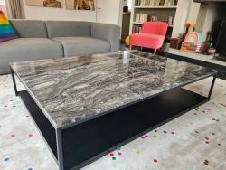 Plateau de table en Marbre Arabescato poli, plateau chêne latté, piètement sur mesure en acier thermolaqué